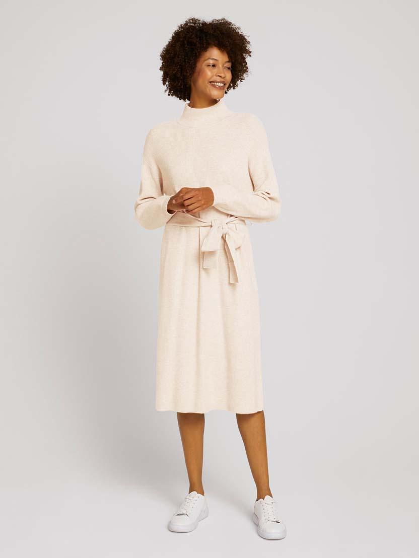 Srednje dolga rebrasta pletena obleka z dolgimi rokavi in pasom