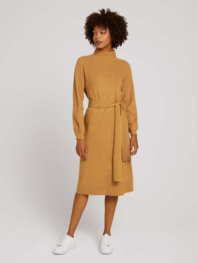 Srednje dolga rebrasta pletena obleka z dolgimi rokavi in pasom - Rjava